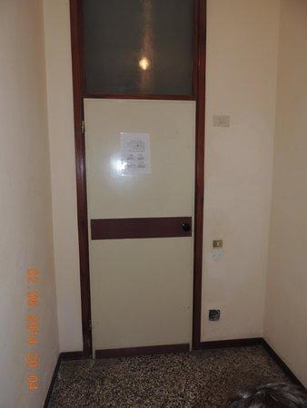 Hotel Telstar: porta non conforme