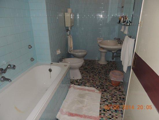 Hotel Telstar: bagno senza finestra e vasca senza copertura