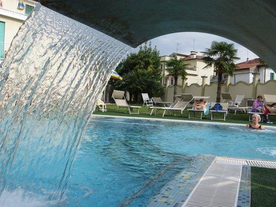 Palace Hotel Meggiorato : Il giardino e la piscina scoperta