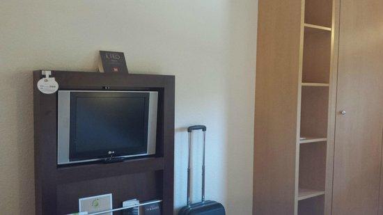 Ibis Milano Ca Granda: televisore e armadio