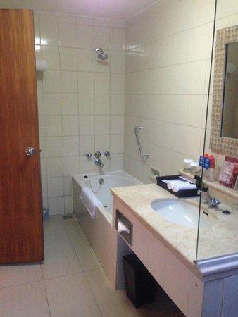 Bali Mandira Beach Resort & Spa: Bathroom