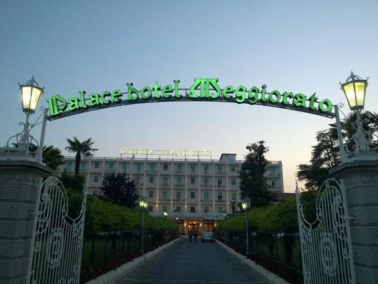 Palace Hotel Meggiorato: Il viale d'ingresso