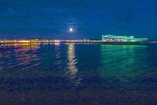 Bella Vista Hotel: Full moon over the new pier at Weston