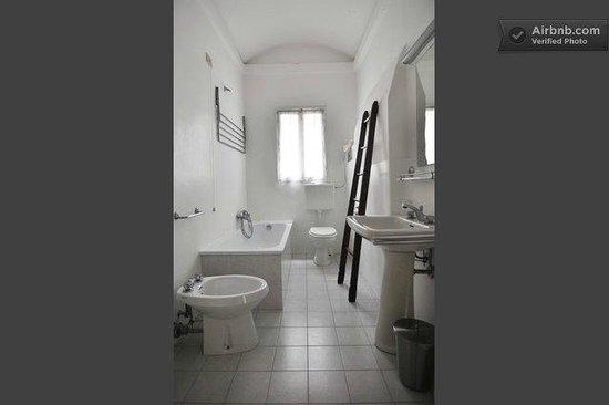 Ca' Zora: Bathroom on the Almost Full White Apt.