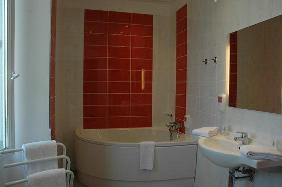 Hotel de l'Univers Montlucon : Salle de bains