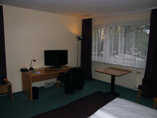 Mark Apart Hotel: Stanza lato scrivania e finestra