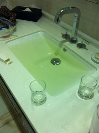 Pacific Regency Hotel Suites : Yellow water with little scraps coming out