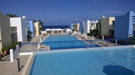 Eleni Holiday Village: вид из главного ресторана на бассейн
