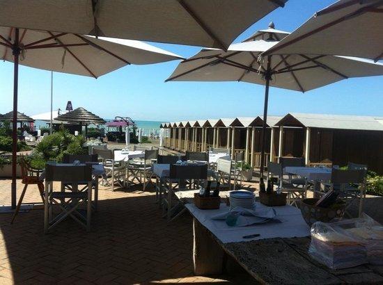 Tavoli all'aperto vista mare