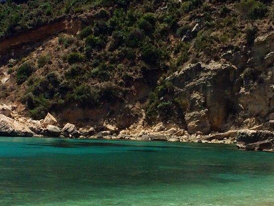 Playa La Granadella: Aguas esmeralda