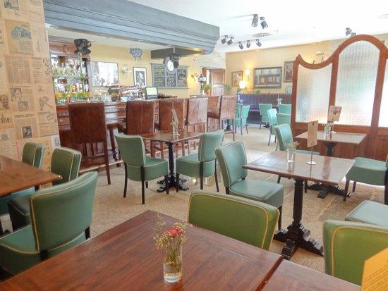 Hotel Spa Relais & Chateaux A Quinta da Auga: Este luminoso bar-cafeteria tiene tambien en su suelo relajantes cursos vivos de agua