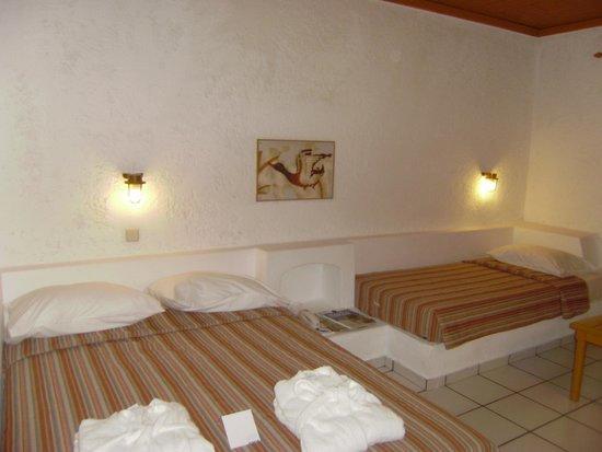 Aldemar Cretan Village : наш номер (нам на 2их почему то дали номер с 1ой 2-хспальной и 2мя односпальными кроватями)