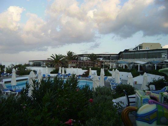 Aldemar Cretan Village : вид на главный бассейн и ресторан