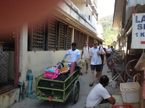 Phi Phi Chang Grand Resort & Spa : bagagehämtning från båthamnen till boendet ingick i hyran