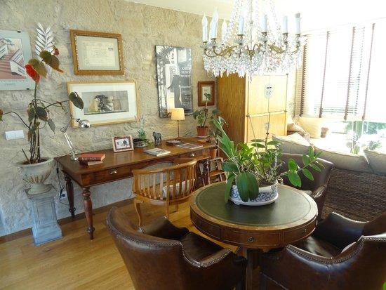 Hotel Spa Relais & Chateaux A Quinta da Auga: Este es uno de los muchos practicos saloncitos que pueblan este boutique hotel