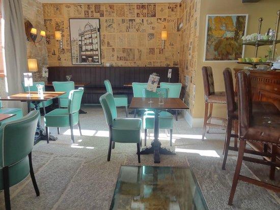 Hotel Spa Relais & Chateaux A Quinta da Auga: En este marco iluminado del suelo de su coqueto bar se aprecia el correr del agua.