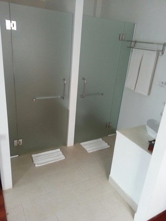 Apsara Centrepole Hotel: This is what I meant when I said the bathroom is doorless hahaha