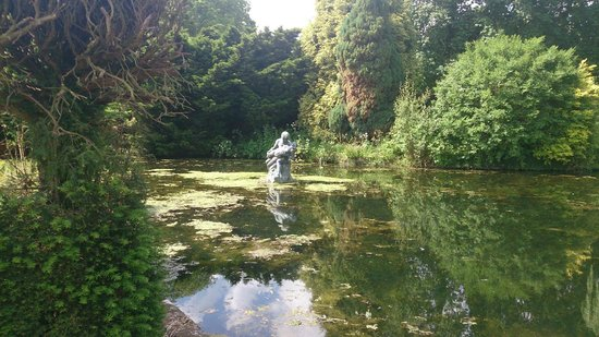 Coombe Abbey Hotel: Statue on Lake