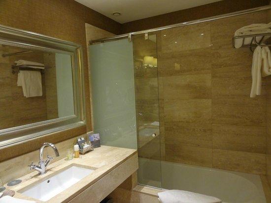 Hotel Spa Relais & Chateaux A Quinta da Auga: Amplio y comodo baño de la silenciosisima y preciosa habitacion