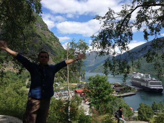 Flåm Hiking AS : Behind the hotel overlooking the fjord