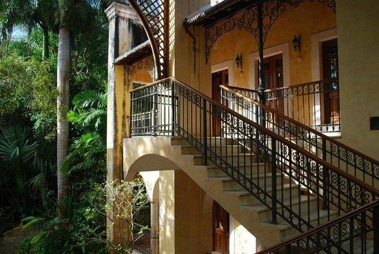 Hacienda Xcanatun : Approach to Suite