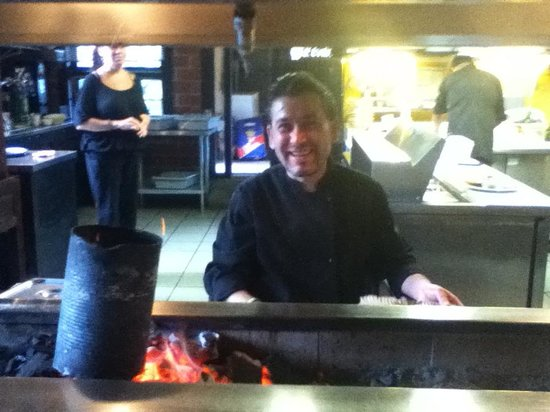Troy Restaurant: Fanning the hot grill in view of all