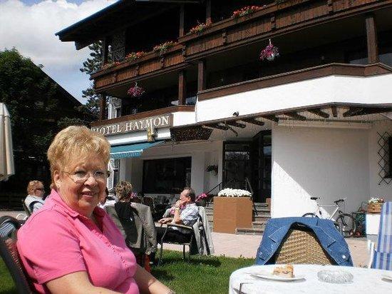 Hotel Haymon: Relaxen im Garten bei Kaffee und Kuchen