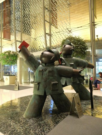 Cordis, Hong Kong at Langham Place: Quirky sculpture