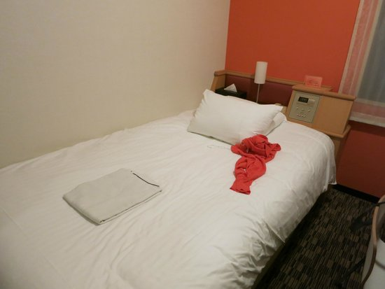 ibis Tokyo Shinjuku : single room bed with controls for air conditioning