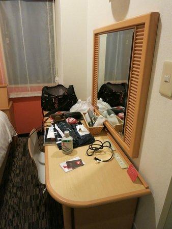 ibis Tokyo Shinjuku : chair, hairdryer, coffee/tea making facilities
