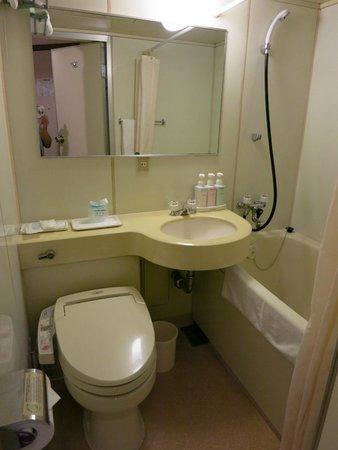 ibis Tokyo Shinjuku : Compact bathroom