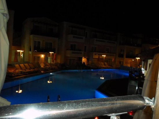Porto Kalamaki Hotel Apartments: Pool at night