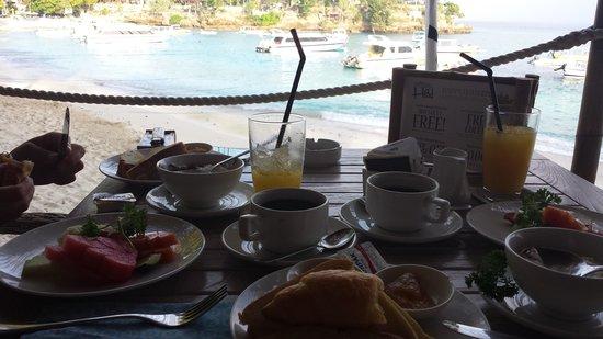Hai Tide Beach Resort: Frühstück direkt am Strand