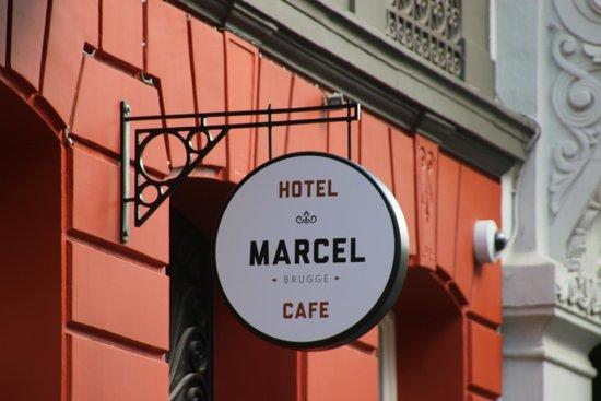 Hotel Marcel: Sign