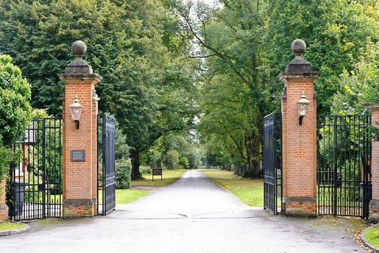 Savill Court Hotel & Spa: Main entrance gate