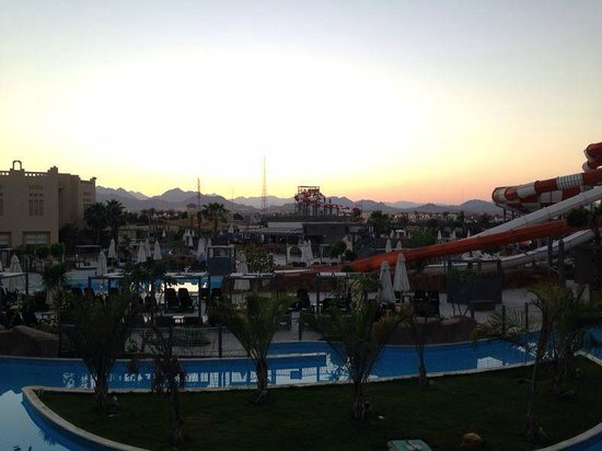 Coral Sea Waterworld Resort : Looking at the waterpark as the Sun Sets