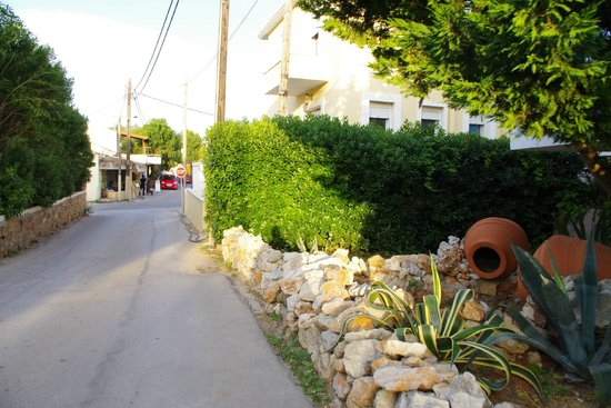 Sun Village Beach Hotel Apartments : vegen ned til sentrum