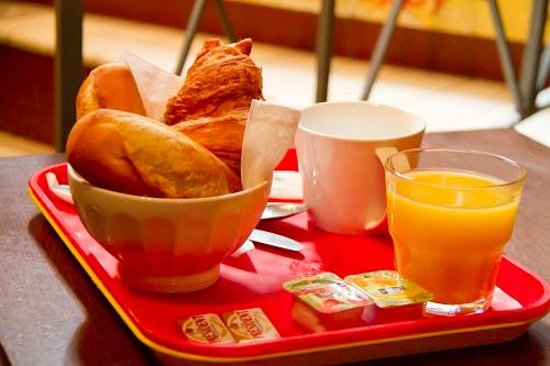 Young & Happy Hostel : bred and croissant