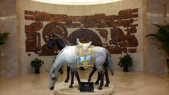 Inner Mongolia Grand Hotel: Скульптуры лошадей в холле отеля