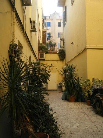 Moscatello: Courtyard