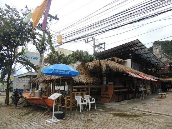 Ao Nang Boat Noodle: Vue de la rue (repérer le bateau)