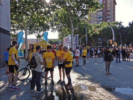 NH Barcelona La Maquinista: Марафонцы утром около отеля
