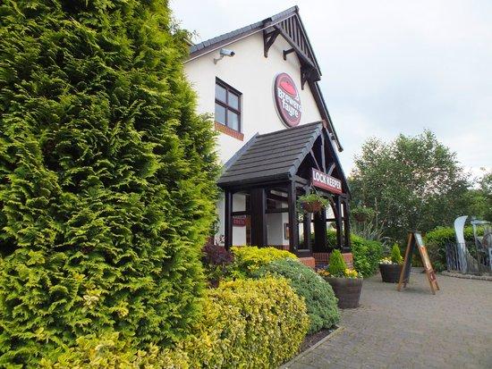 Premier Inn Chesterfield North Hotel : Entrance to the pub/restaurant