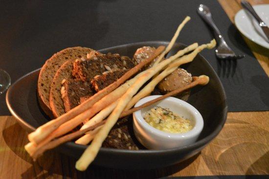 OSTA - Restorans ar skatu: Корзинка с вкуснейшим хлебом