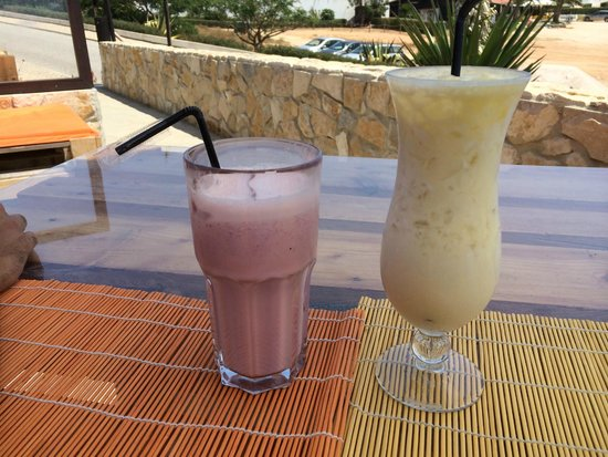 Chiringuito Praia da Mareta : Strawberry milkshake and Pina Colada