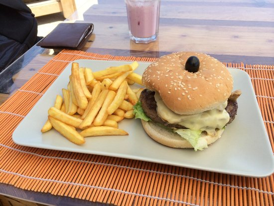 Chiringuito Praia da Mareta : XL cheeseburger with bacon and fries
