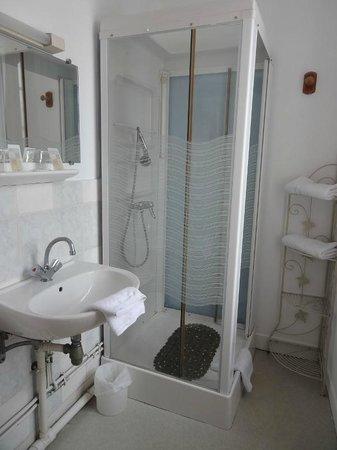 Hotel Saint-Etienne : salle de bain chambre 9 hotel saint etienne caen