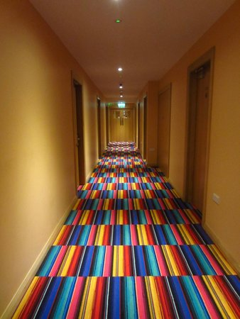 Savoy Hostel: The colourfully carpeted hallway