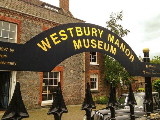 Westbury Manor Museum: Clear Signage
