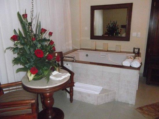 Hyatt Zilara Cancun: Jacuzzi in room